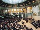 Die CDU/CSU erhält 226 Mandate, die SPD 222, die FDP 61, die Grünen 51, die Linkspartei 54.