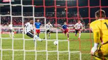 David Alaba verpasst beim Penalty noch den Treffer.