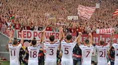 Schlussjubel der Bayernspieler bei den Fans, links Xherdan Shaqiri.