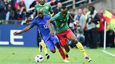 Frankreichs Lassana Diarra im Zweikampf mit dem Kameruner Jacques Zoua.