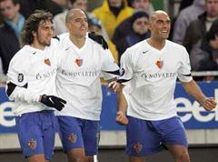 Basels Matias Delgado, Daniel Majstorovic und Eduardo jubeln nach dem 1:2.
