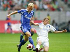 Schalkes Ivan Rakitic gegen Karlsruhes Michael Mutzel.