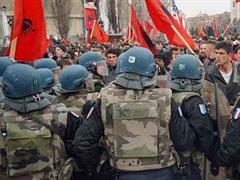 KFOR-Soldaten in der Stadt Kosovska Mitrovica.