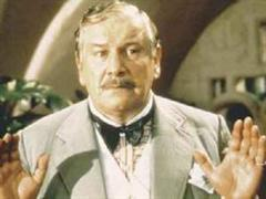 Peter Ustinov in seiner Rolle als Hercule Poirot.