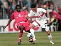 Kevin Kuranyi setzt sich gegen Freiburgs Diarra durch.