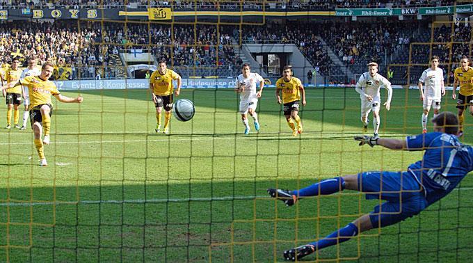 YBs Christoph Spycher verwertet den Penalty gegen den Thuner David Da Costa.