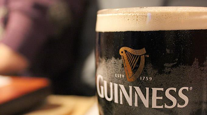 Bier ist bei Engländern besonders beliebt.