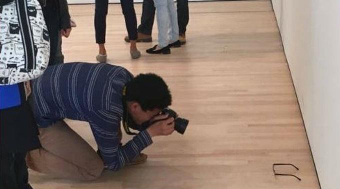 TJ Khayatan beim fotografieren seines eigenen Kunstobjekts.